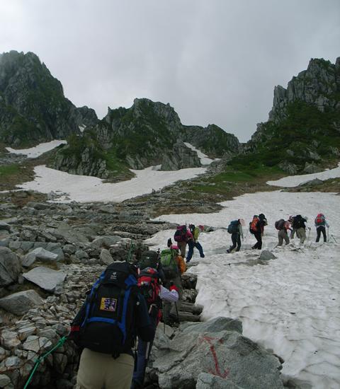 雪渓を一歩一歩進む
