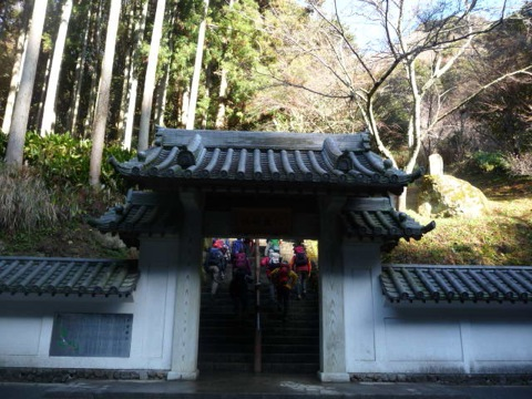 伏姫山門から入る