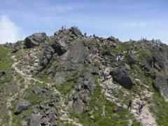 日光白根山頂上の岩場 大勢の登山者がいた