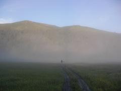 朝霧が沈んで幻想的な至仏山のふもと