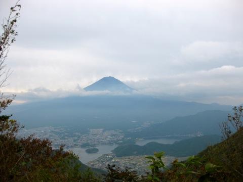 河口湖と富士山、左側上部に山中湖