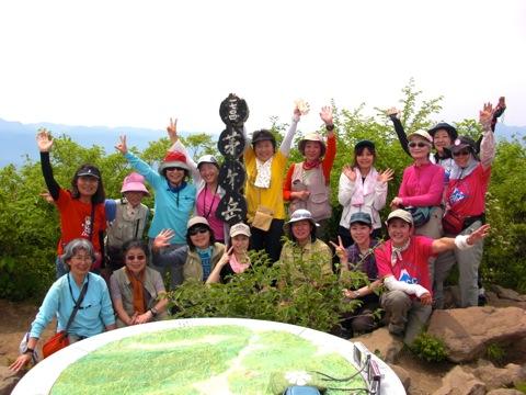 茅ヶ岳頂上は大賑わい