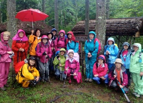 雨の中、避難小屋