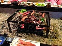 汗だくで炉端焼きの夕食